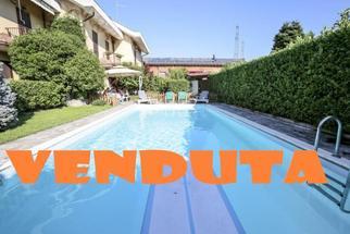 Villa a Schiera con Vera Piscina Privata in Vendita